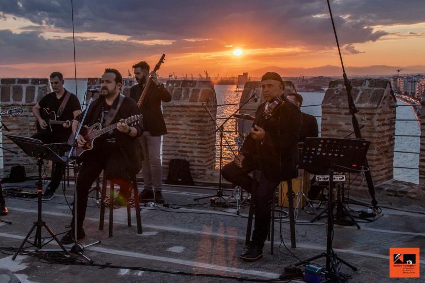 Ο Κώστας Μακεδόνας Ανεβαίνει Στον Πυργίσκο  Του Λευκού Πύργου Και Τραγουδά Για ΤηΘεσσαλονίκη!