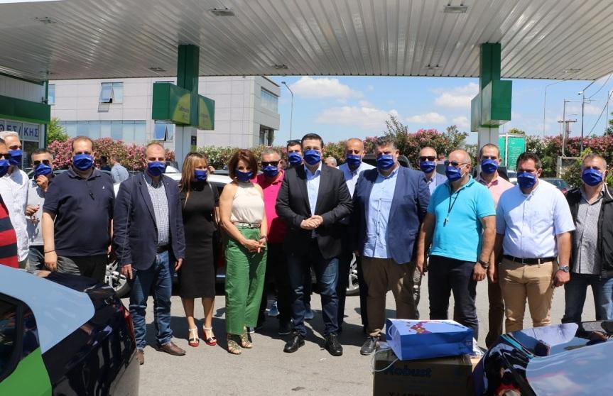 Είδη ατομικής προστασίας και υγιεινής στους οδηγούς ταξί της Θεσσαλονίκης παρέδωσε σήμερα ο Περιφερειάρχης Κεντρικής Μακεδονίας Α.Τζιτζικώστας
